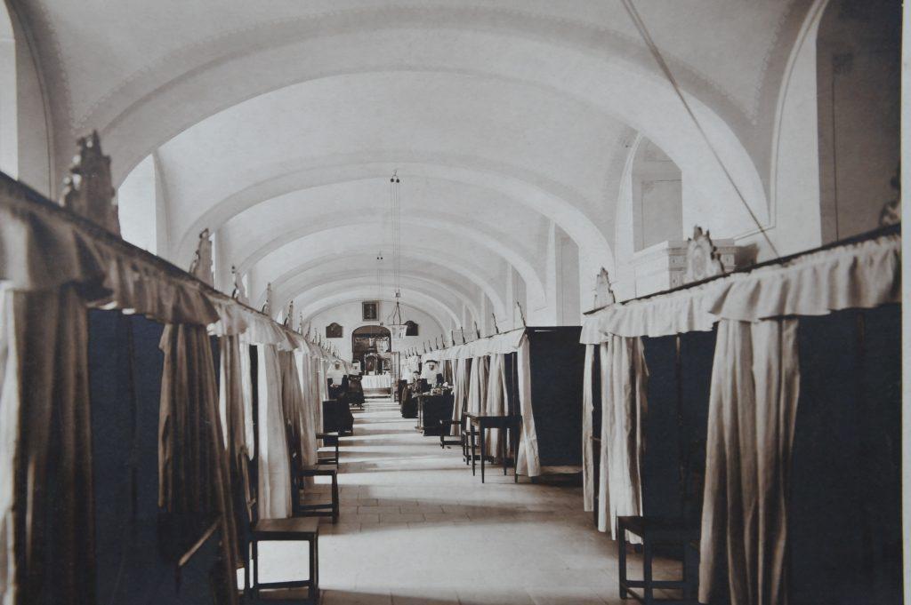 Známa fotografia pôvodnej najväčšej lôžkovej sály nemocnice, dnes sa tu nachádza jedáleň zamestnancov.